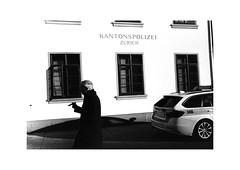 Zürich (SinoLaZZeR) Tags: zurich zürich schweiz switzerland europe europa schwarzweiss blackwhite blackandwhite bw monochrom monochrome leica leicam2 m2 leitz summaron summaron35f28 35mm f28 kodak kodaktrix400 trix 400 street streetphotography streetlife filmisnotdead film analogue analog urban urbanlife 苏黎世 瑞士 欧洲 街头摄影 人影 黑白 徕卡 徕卡相机 胶卷 胶片 胶卷照片 candid kantonspolizei police