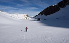 En el valle de los Sarrios (Paulo Etxeberria) Tags: valledelossarrios parquenaturaldelosvallesoccidentales mendebaldekoharanennaturaparkea pirinioak pirineos pyrénées pyrenees mendizalea montañera hiker randonneur harana valle valley vallée paisaia paisaje landscape paysage elurra nieve snow neige