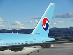 KE 777-3B5/ER HL7782 (kenjet) Tags: las vegas lasvegas klas nevada mccarran ke korean koreanair boeing tripleseven 77w 777 7773b5er 777300er hl7782 blue plane jet flugzeug aviation airline airliner registration tail