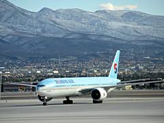KE 777-3B5/ER HL7782 (kenjet) Tags: las vegas lasvegas klas nevada mccarran ke korean koreanair boeing tripleseven 77w 777 7773b5er 777300er hl7782 blue plane jet flugzeug aviation airline airliner landscape snow snowy mountains mountain desert