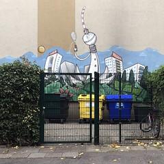 game, set & match (DANNY-MD) Tags: guesswhereberlin müllplatz müll wandbild fernsehturm berlin papiermüll gelbetonne zaun