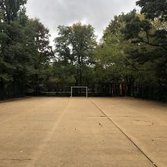 Passspiel in die Tiefe lauert (DANNY-MD) Tags: käfigplatz baum tor fusball berlin hartplatz freiraum