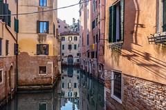En hiver les fleurs ne sont plus aux balcons, mais les ombres et les reflets sont toujours là... (Stéphane Désiré) Tags: venezia venise canal ville couleur reflet eau maison 28mm