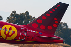 """Brussels Airlines A320-214 OO-SNA """"Red devils"""" livery (José M. Deza) Tags: 20180216 a320214 airbus bcn brusselsairlines elprat lebl oosna planespotting spotter trident aircraft"""