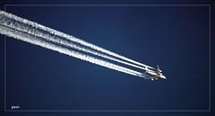 Hoch über mir..... (peterphot) Tags: himmel flugzeug kondenzstreifen sachsen sony