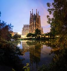 Sagrada Familia (Alejandro Lluvia) Tags: barcelona sagrada familia sunset atardecer sol reflejo reflection lake catalonia canon77d