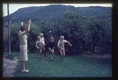 . (Kaïopai°) Tags: kinderspiel spiel playing game eierlaufen garten vintage 1960er 1960s kinder boys children kindheit childhood