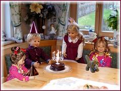 Hoch soll sie leben !♫•*¨*•.¸¸♪ / 'She should live high' ! ♫•*¨*•.¸¸♪ (ursula.valtiner) Tags: puppe doll luis bärbel künstlerpuppe masterpiecedoll geburtstag birthday kindergartenkinder kindergartenkinder2018 besuch visit geburtstagsfest birthdayparty milina tivi