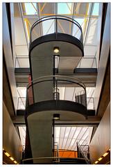 Aufgang zum geballten Wissen (frodul) Tags: architektur balkon detail gebäude innenansicht kurve linie symmetrie berlin bibliothek freieuniversität philologischebibliothek normanfoster wissenschaft konstruktion gebäudekomplex dach stair staircase stairway universität treppe deutschland