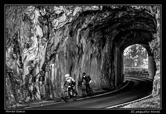 El pequeño túnel (Montse Estaca) Tags: españa spagna spain euskadi paísvasco gipuzkoa guipuzcoa túnel tunnel bicicleta bicicletta bicycle ciclistas bikers roca rock roccia carretera road strada cyclists bn bw bianco blanco black negro nero white fuji fujixt1