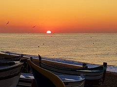 WHAT A WONDERFUL SUNRISE ON HOLYDAY (hlh 1960) Tags: sun sunrise sonne sonnenaufgang sol soleil meer wasser water mittelmeer spanien espania calelle urlaub holyday farben colour boote boat landschaft landscape