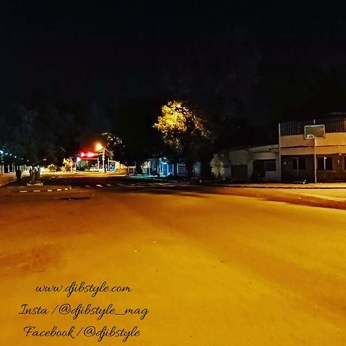 Djib by Night #13 Avenue emblématique de notre belle capitale. Celle ci se découvre de mille feux une fois la nuit tombée !!! . . . #travelphotograhy #travel #Djibouti #Weekend #Eastafrica #nightlife #Night #whereisthisplace #Africa #Djibstyle_mag #Ballad