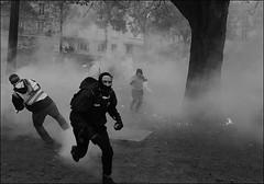 bataille des rues . (alain boucheret) Tags: manifestation ville rues steet militant black block activiste révolutionnaire paris frosio boucheret photographe journalisme reportage nb anarchiste ultra gauche lute contre changement pauvre travailleur