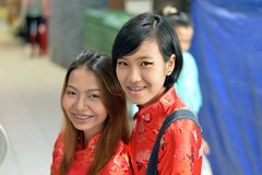 pretty ladies at the entrance to the fresh food market (the foreign photographer - ฝรั่งถ่) Tags: two pretty ladies fresh food market sapan mai bangkhen bangkok thailand braces nikon d3200