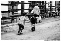 . . (Matías Brëa) Tags: calle street social documentalismo documentary personas people gente blanco y negro black white bnw mono monochrome monocromo niño boy