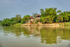 House by the Chao Phraya river in Ayutthaya, Thailand (UweBKK (α 77 on )) Tags: chao phraya river stream water flow reflection ayutthaya thailand southeast asia sony alpha 77 slt dslr house building tree