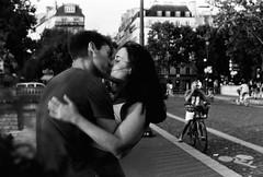 Vida en 35mm. (morsini1) Tags: leicam6classic085 summicron50mmf2v3 ilfordpan100 35mmfilm paris 2019 lovers kiss analog bw blancoynegro