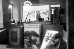 Near candid (auqanaj) Tags: 20200102bis20200108 elmar12850mm ilfordhp5plus400 leicam3 analog atiso400 blackandwhite film meinfilmlab monochrome schwarzweis wwwmeinfilmlabde street streetish shopwindow shop store books schaufenster framing cuople paar passengers window fenster