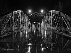 Días de lluvia (tonygimenez) Tags: lluvia ciudad puente nocturna luces brillos zaragoza españa aragón city noche reflejos gente sony bn