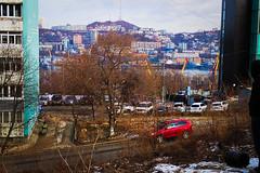 Panorama encadré; Vladivostok! (8pl) Tags: panorama encadré vladivostok russie extrêmeorient ville urbain skyline fenêtres bâtiments extérieur hiver neige observation voitures route eau colline grues rouge bleu arbre arbrenu immeubles talus tonneau capuche rivière