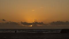 Contemplando Atardecer (Romano Off) Tags: atardecer playa mar sol cádiz cortadura