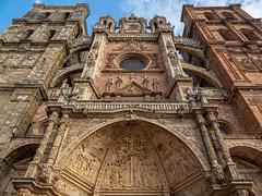 Siempre es bueno mirar. (Jesus_l) Tags: europa españa león astorga catedral jesúsl