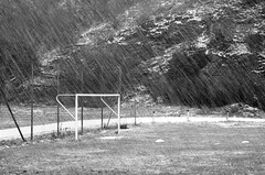 Zöbing (Harald Reichmann) Tags: zöbing winter kamptal sportplatz tor schnee regen
