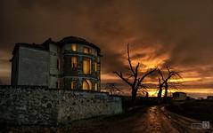 Camino del Infierno (JoseQ.) Tags: casa apocalipsis cielo colores nocturna nubes arboles ruinas abandono luces sky noche