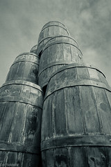 Fässer --- Barrels (der Sekretär) Tags: denhaag denkmal fass hafen himmel holland kunst kunstwerk netherlands niederlande skulptur thehague tonne wolke wolken analog analogue art barrel bin cask cloud clouds film harbor harbour memorial monument pieceofart port sculpture sky workofart