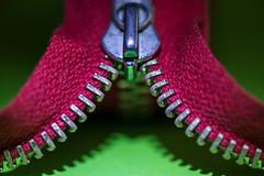 """""""Zipper"""" (photobiene) Tags: makro grün stoff color rot schatten metal macro farben metall green canon macromondays strukturen red mondays """"zipper"""""""