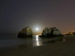Entre rocas (jantoniojess) Tags: portimao portugal algarve luna lunareflejada moonlight moon playa praia beach sand arena rocasplaya panasoniclumixlx100 paisajenocturno landscape longexposure largaexposición largaexposiciónnocturna exposiciónlenta noche night nocturna nocturno