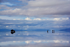 Salar d'Uyuni Bolivie _4185 (ichauvel) Tags: salarduyuni salar eau water reflets reflections 4x4 vehiculetoutterrain beautédelanature beautyofnature gens people matin morning paysage landscape bolivie bolivia amériquedusud southamerica amériquelatine voyage travel nuages ciel sky exterieur outside altitude froid cold