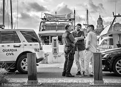 Guardia Civil (Bart van Hofwegen) Tags: police guardiacivil parking discussion men people street streetphotography urban urbanphotography urbanlife city citystreet citylife citypeople málaga malaga blackandwhite monochrome