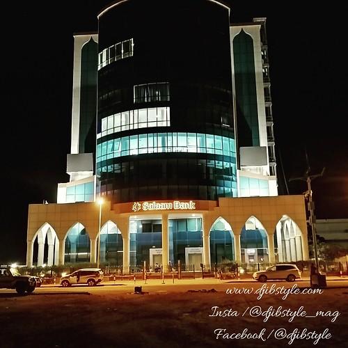 Djib by Night #14  Beautiful Buildings Sur la même rue que Nougaprix, on peut admirer un bâtiment à l'esthétique magnifique qui donne un cachet moderne au quartier . . . #travelphotograhy #travel #Djibouti #nightlife #Night #whereisthisplace #SalamBank #E