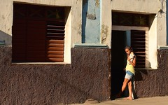Cuba- Cienfuegos (venturidonatella) Tags: cuba cienfuegos caraibi caribbean street strada nikon nikond500 d500 streetscene streetlife streetphotography streetportrait persone people gentes gente colori colors ombra shadow luce light ragazza girl pane bread