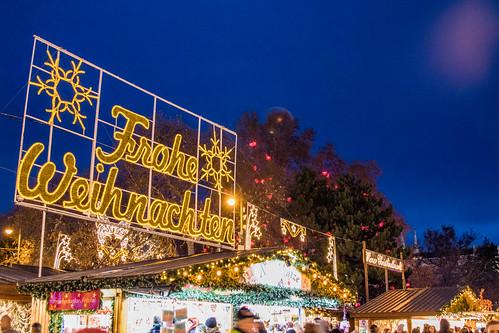 Weihnachtsmarkt am Rathausplatz in Wien mit der Frohe Weihnachten Botschaft