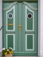 Door - Aeroeskoebing, Denmark (peterkaroblis) Tags: tür door dor aero aeroeskoebing danmark denmark dänemark green grün gron augen eyes ojne