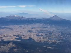 Volcan Popoatepetl? (Pierre♪ à ♪VanCouver) Tags: volcan volcano 火山 mexico mejico mexique aeromexico activevolcano