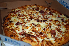 Domino's Pizza. (dccradio) Tags: lumberton nc northcarolina robesoncounty indoor indoors inside dominos pizza chicken bacon alfredo food eat supper dinner snack lunch meal nikon d3500 dslr january wednesday wednesdayevening evening goodevening circle round pizzabox cardboardbox