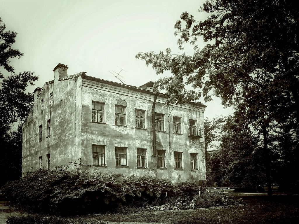 фото: old house in the park