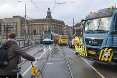 Oog in oog met lijn 2 (Tim Boric) Tags: amsterdam stationsplein westelijketoegangsbrug werkzaamheden fiets tram verkeer traffic tramway streetcar strassenbahn gvb combino ovfiets