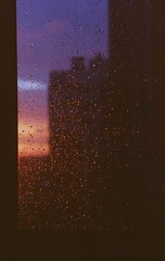 (JulianaKruz) Tags: window rain sunset sun sky saintpetersbug film filmphoto fed2 fed 35mm analog analogphoto analoque analogue art kodak kodakcolor пленка окно дождь капли закат санктпетербург аналог город фотопленка фэд фэд2