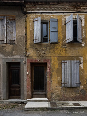 Rue Brochain, Masseube (Ivan van Nek) Tags: nikon d7200 sigma1770 frankrijk frankreich shutters windows luiken fenster fenêtres doorsandwindows ramenendeuren masseube gers france 32 occitanie decaying