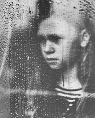 Traurig (kalle-tik) Tags: window rain waterdrop fenster wetter stimmung sehnsucht nass augenblick hoffnung regentropfen traurig nachdenklich gefühl melancholie melancholisch gefühlt 35mm 50mm sony a7 festbrennweite vollformat offenblende offeneblende