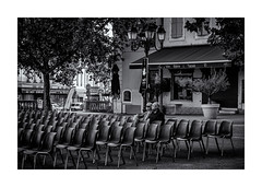 En attendant le spectacle ! (bertranddorel) Tags: artiste bw blackandwhite bnw bn biancoenero blancoynegro blancetnoir batiment contrast city ciutad couple chaise chips day d750 deux europe france femme famille family fête gens graphisme graphique geometrique human homme humain holidays light lumière life lignes mono monochrome man monocromo maison bar noiretblanc nikon nb nikkor ngc noir nero negro old people personnes rue place street streetphoto spectacle town travel terrasse urban urbain urbano ville vie woman wb