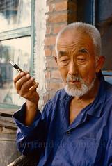 Dans un hutong (vieux quartier) de Pékin (Beijing) - 1986 (Bertrand de Camaret) Tags: china chine pekin beijing homme man hutong cigarette fumeur ngc bertranddecamaret nationalgeographic 1986 argentique film ektachrome portrait