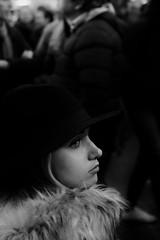 Un volto tra la folla (photograph61) Tags: ragazza cappello ritratto