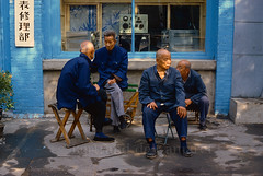 Dans une rue de Pékin, Pékin (Beijing) 1986 (Bertrand de Camaret) Tags: chine china bertranddecamaret pekin bejing 1986 homme man rue street discution bleu ngc nationalgeographic argentique film