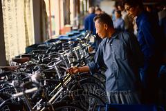 Achat d'un vélo, Pékin (Beijing) 1986 (Bertrand de Camaret) Tags: chine china bertranddecamaret pekin bejing 1986 velo bicycle man homme magasin shop bleu blue ngc nationalgeographic argentique film