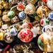 Stand mit Weihnachtsbaumschmuck an einem Weihnachtsmarkt